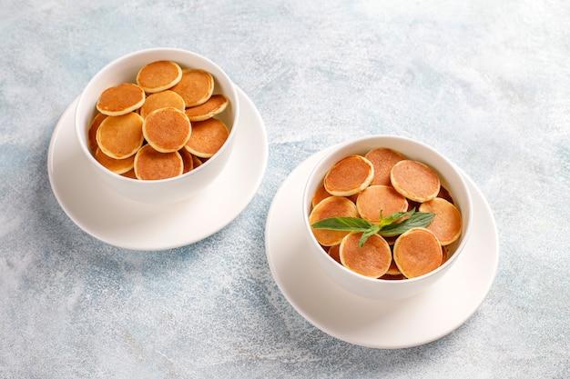 Nourriture à la mode - mini-crêpe aux céréales. tas de crêpes aux céréales