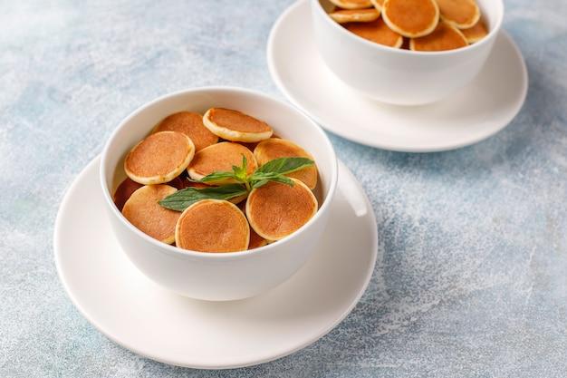 Nourriture à la mode - mini-crêpe aux céréales. tas de crêpes de céréales avec des baies et des noix.