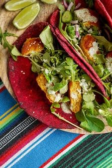 Nourriture nationale mexicaine - tortilla de betterave de blé de taco avec des boules et des légumes de pois chiche vegan