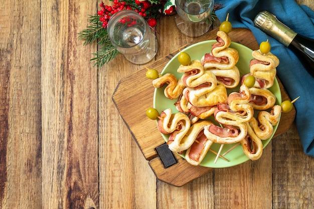 Nourriture de noël et du nouvel an collation de vacances pâte feuilletée arbre de noël aux olives et bacon vue de dessus