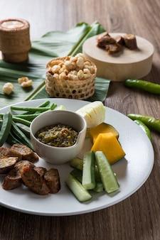 Nourriture nordique thaïlandaise. nam prik num et vagetable