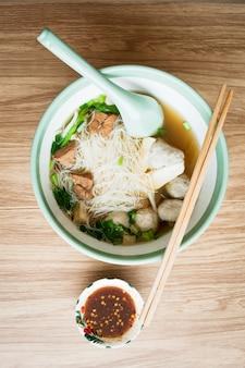 Nourriture de nouilles et de soupe avec boulette de viande et porc boild la nourriture japonaise au restaurant thaïlandais