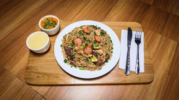 La nourriture péruvienne arroz chaufa, assiette de riz frit avec des légumes et des viandes différentes