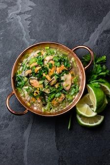 Nourriture péruvienne. ceviche de moules. soupe froide aux fruits de mer, citron et oignon