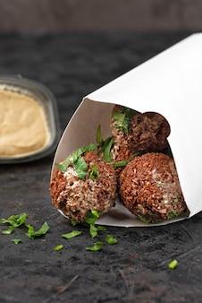 Nourriture de pique-nique dans des plats jetables en carton écologique. surface de pierre sombre. vue de dessus. idéal pour la publicité. gros plan pour le menu