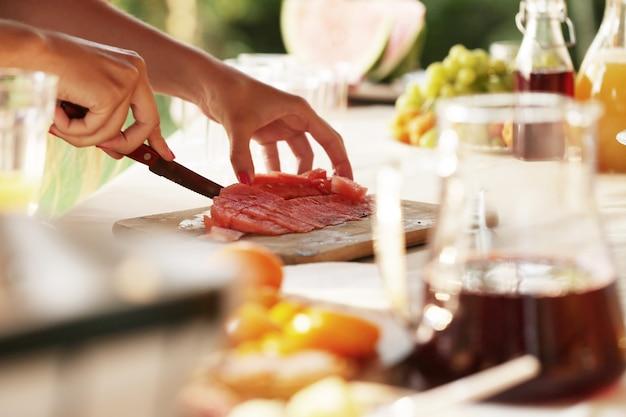 Nourriture de pique-nique en préparation