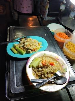 Nourriture populaire en asie riz frit avec des légumes.