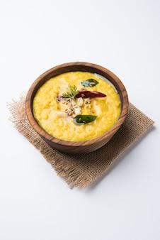 Nourriture populaire indienne dal fry ou dal tadka curry traditionnel servi dans un bol, isolé sur fond blanc, mise au point sélective