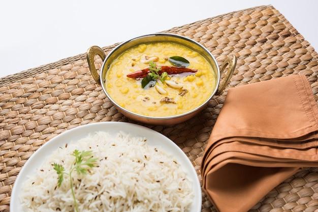 Nourriture populaire indienne dal fry ou dal tadka curry traditionnel servi avec du riz jeera, isolé sur fond blanc, mise au point sélective
