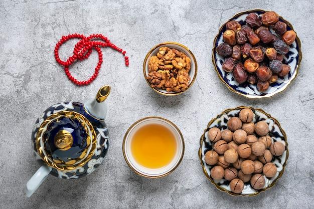 Nourriture populaire pendant l'iftar sur fond de béton