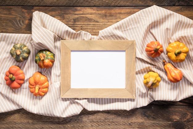 Nourriture posée à plat et cadre sur un drap rayé