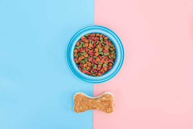 Nourriture pour animaux et collation avec espace copie sur fond de couleur