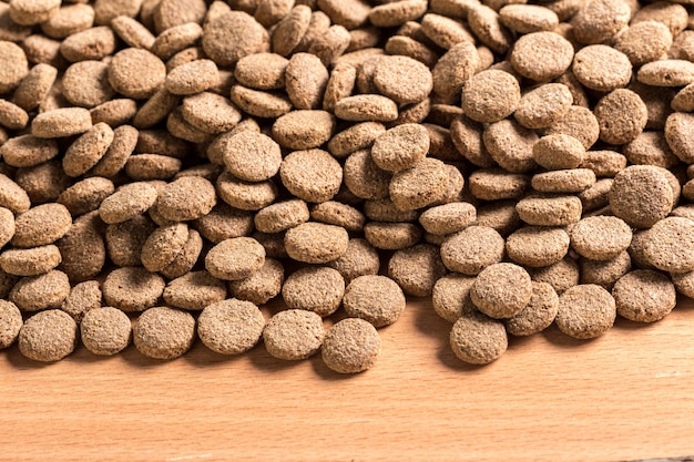 Nourriture pour animaux de compagnie sur plancher en bois