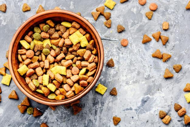 Nourriture pour animaux domestiques dans un bol