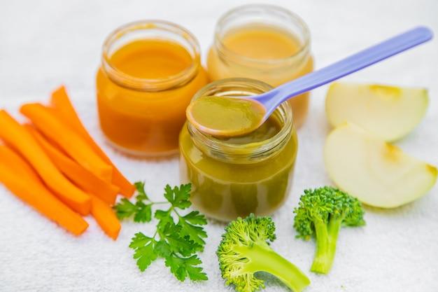 Nourriture pour bébés. purée de légumes et de fruits dans des bocaux