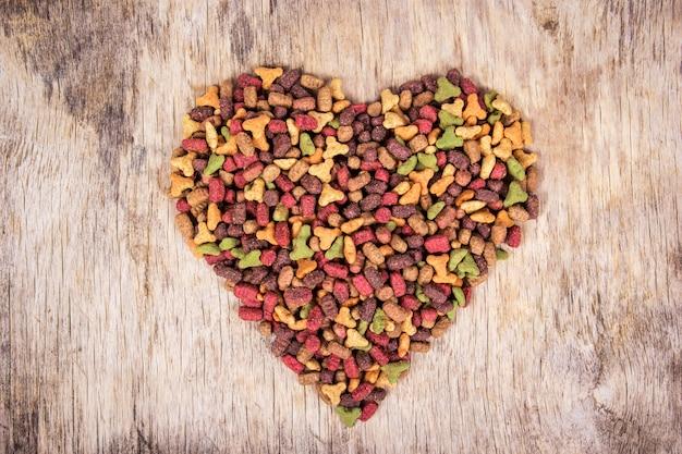 Nourriture pour chat en forme de coeur, vue de dessus