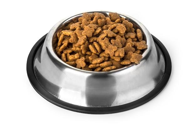 Nourriture pour chiens dans un bol, isolé sur blanc