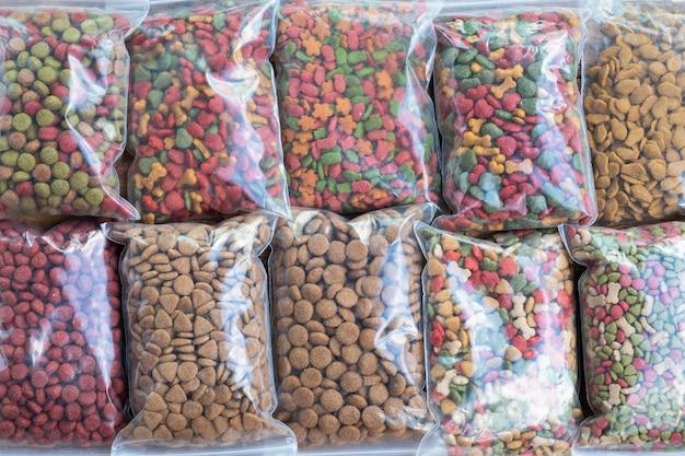 Nourriture pour chiens d'emballage dans un sac en plastique à vendre, nourriture pour chats à vendre dans un sac de sac sur l'étagère