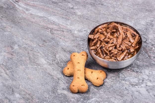 Nourriture pour chiens et os de biscuits