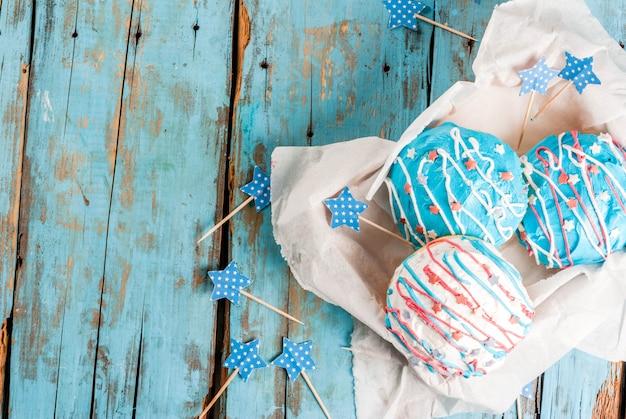 Nourriture pour la fête de l'indépendance. 4 juillet. beignets américains traditionnels avec glaçage aux couleurs du drapeau américain