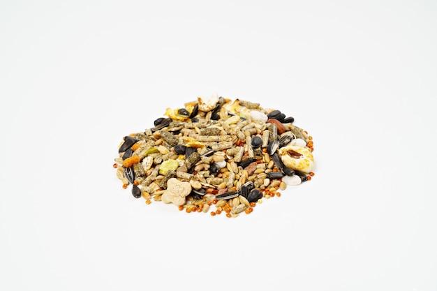 Nourriture pour hamsters en granulés ou en mélange de graines sur fond blanc. fournit pleinement à l'animal tous les nutriments nécessaires. animalerie. vétérinaire.
