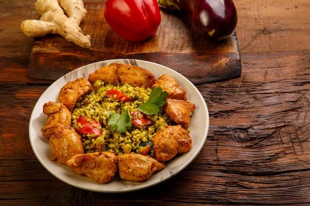 Nourriture pour le suhoor dans le boulgour du ramadan avec du bœuf dans une assiette sur une table en bois. photo horizontale