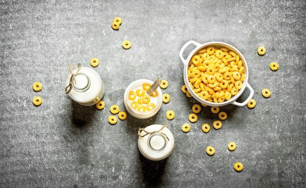 Nourriture de remise en forme. céréales de maïs avec du lait sur table en pierre