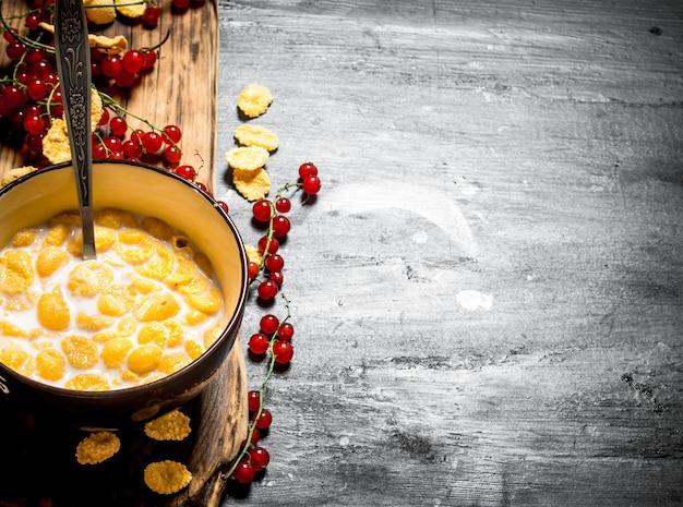 Nourriture de remise en forme. cornflakes au lait et groseilles forestières.