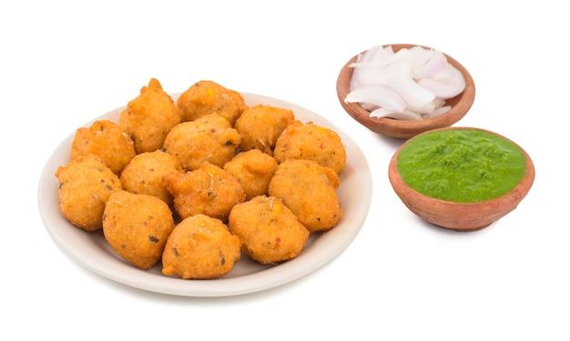Nourriture de rue épicée indienne dal vada sur fond blanc