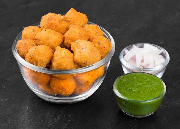 Nourriture de rue épicée indienne dal vada sur fond noir