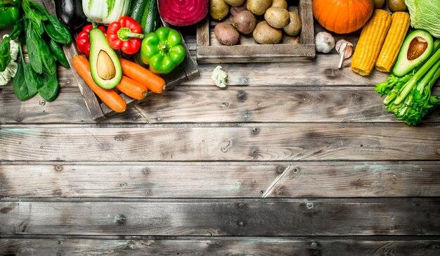 La nourriture saine. assortiment de fruits et légumes frais bio sur table en bois.