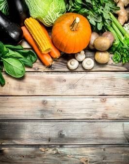 La nourriture saine. fruits et légumes biologiques. sur une surface en bois.