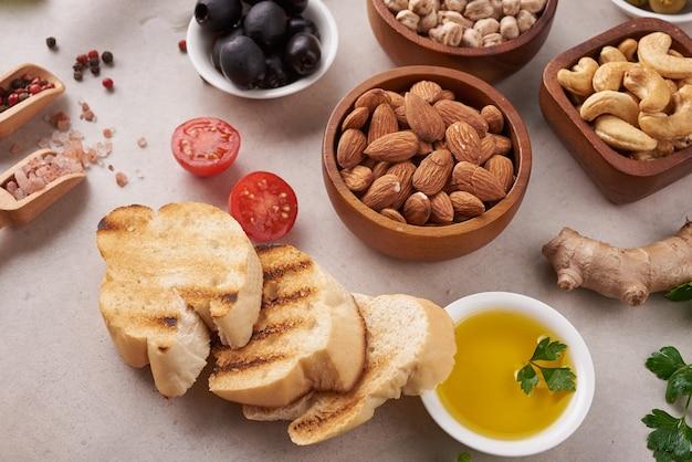 La nourriture saine. légumes, citron et pois chiches sur une surface en béton, cuisine végétarienne ou concept de cuisine méditerranéenne, copiez l'espace. fruits, légumes, céréales, noix, huile d'olive sur table en bois.