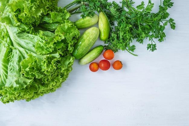 Nourriture saine. légumes sur un fond en bois blanc