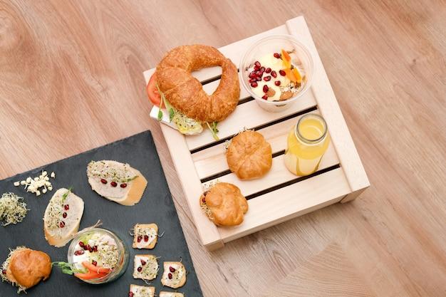 Nourriture saine, menu avec des micro-verts. sandwiches végétariens avec assortiment de micro verts