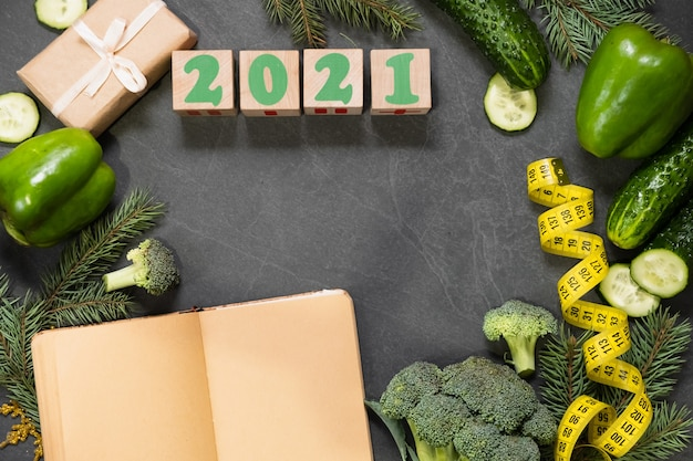 Nourriture saine et menu pour la table de noël et du nouvel an. vue de dessus des légumes, ruban à mesurer, concept de perte de poids en vacances. copier l'espace, liste de courses