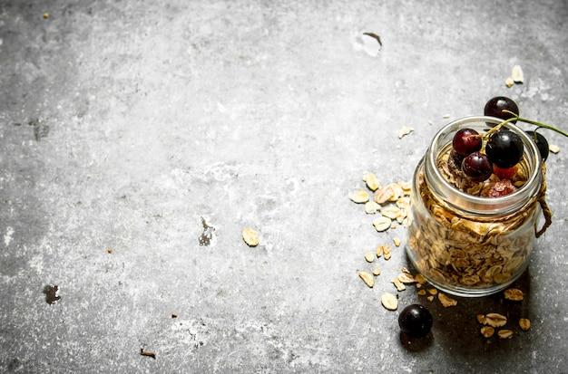 Nourriture saine. muesli au cassis. sur la table en pierre.