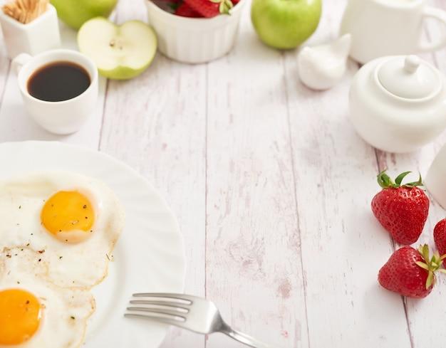 Nourriture saine. petit déjeuner continental en chambre d'hôtel ou en lit. oeufs au plat avec saucisses. tasse de café. modèle de menu. cuisine. cuisine. petit-déjeuner romantique français ou rural à la saint-valentin.