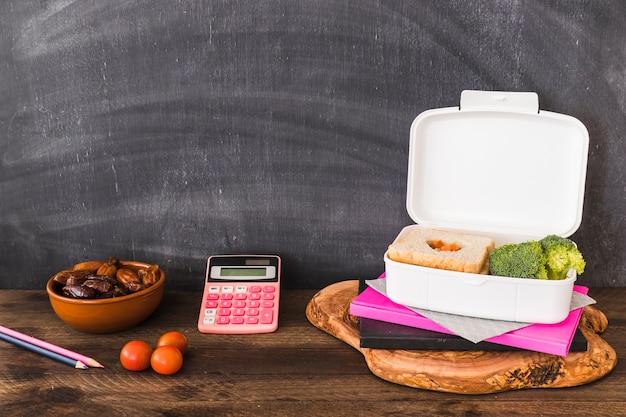 Nourriture saine près des fournitures scolaires