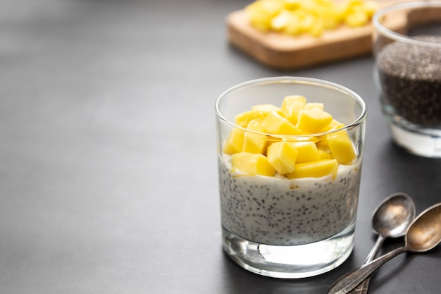 Nourriture saine. pudding de graines de chia à l'ananas.