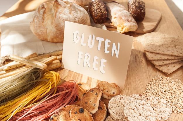 Nourriture sans gluten. diverses pâtes, pain et collations sur fond de bois de la vue de dessus. concept sain et diététique.