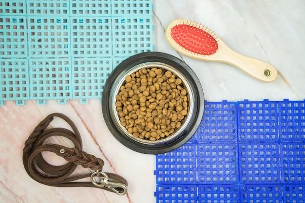 Nourriture sèche pour animaux de compagnie et concept de fournitures pour animaux de compagnie