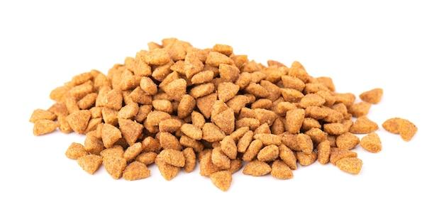 Nourriture sèche pour animaux de compagnie, isolée sur blanc