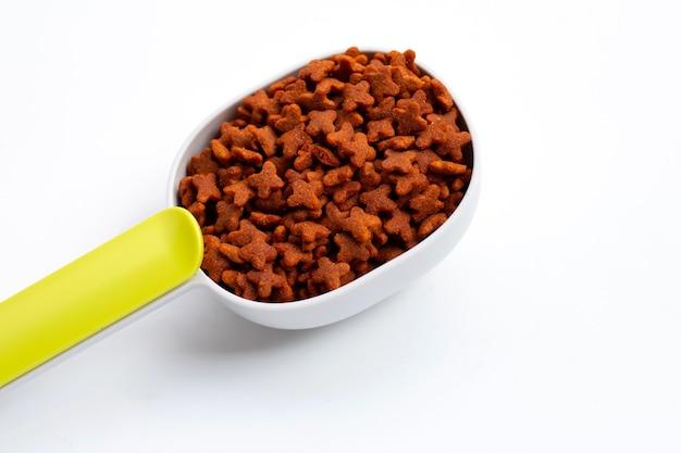 Nourriture sèche pour chat isolé isolé