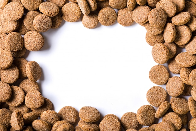 Nourriture sèche pour chien isolé sur blanc