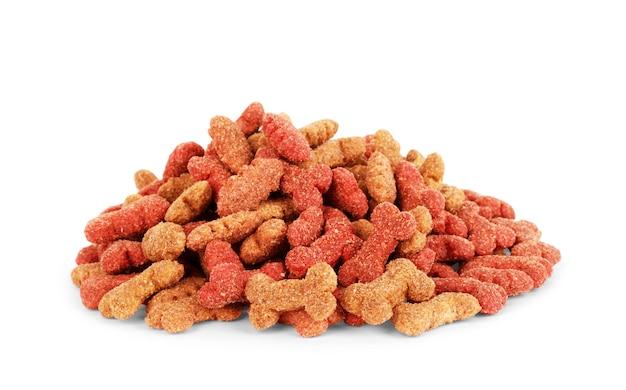 Nourriture sèche pour chiens isolé sur fond blanc