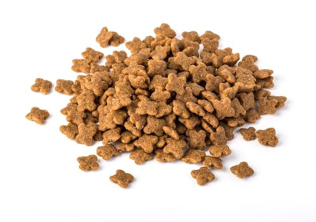 Nourriture sèche pour chiens isolés sur blanc.