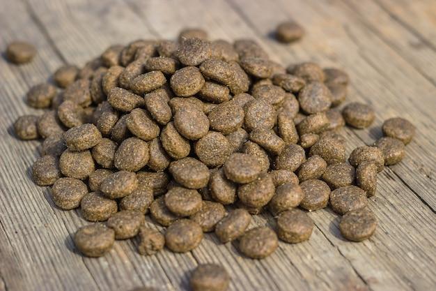 Nourriture sèche pour tous les animaux en granulés sur une table en bois