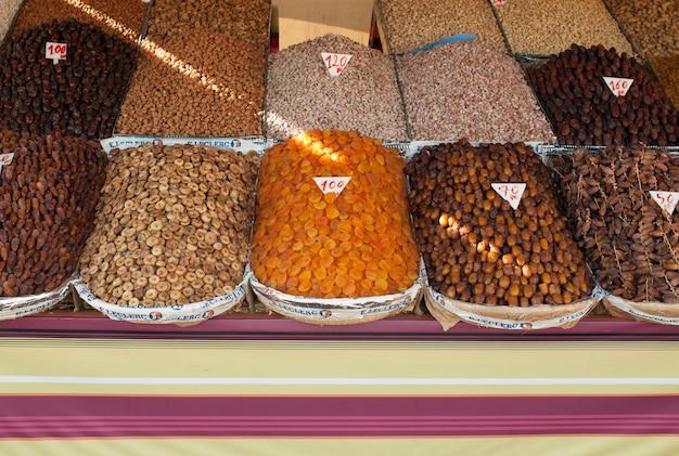 Nourriture séchée et épices à vendre sur un étal de marché, marrakech, maroc