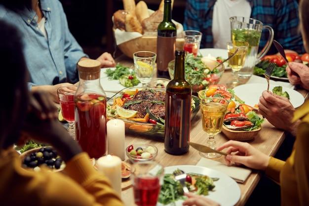 Nourriture succulente à la table du dîner